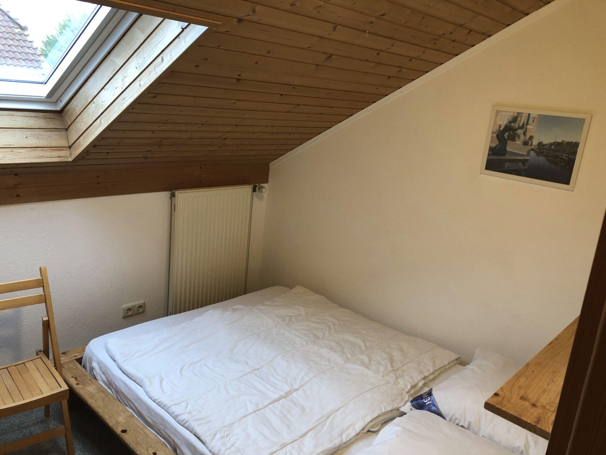Ferienhaus Lippetal Schlafzimmer mit Kindergitterbett 1. OG